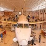A Embraer renovou até 2020 o contrato de reposição de peças com as companhias aéreas Azul e Trip, que anunciaram sua fusão em 2012. O negócio renderá uma receita aproximada de 400 milhões de dólares no período, informou nesta quinta-feira a fabricante brasileira do setor de defesa.