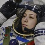 (王亚平) Wang Yaping ajusta seu capacete espacial durante treinamento em Pequim no (Foto: Reuters)