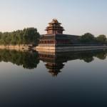 6nov2012---paredes-da-cidade-proibida-como-e-conhecido-o-palacio-imperial-da-china-refletidas-nas-aguas-do-lago-em-pequim-na-china-1352217694617_956x500